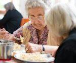 anziani che mangiano